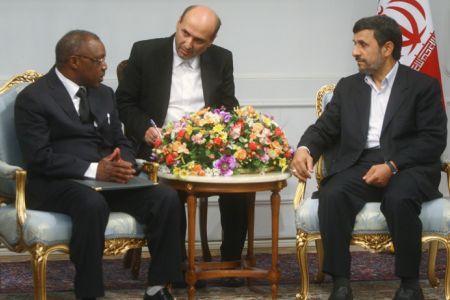 Augustin Nsanze (g) reçu par le président iranien Mahmoud Ahmadinejad (d)
