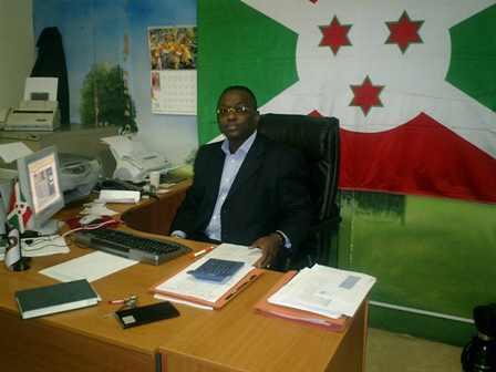 Jean-Marie Rurimirije dans son bureau au début de la MGL